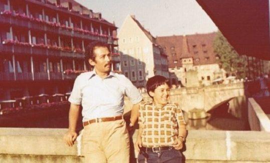 Ergin Günçe, oğlu Dadal ile. Nürnberg, Almanya, 1975..jpg