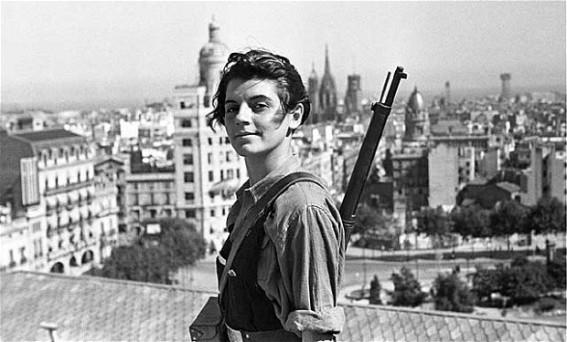 Marina Ginestà i Coloma, Barselona'daki Hotel Colón'un çatısında Juan Guzmán'a poz veriyor.jpg