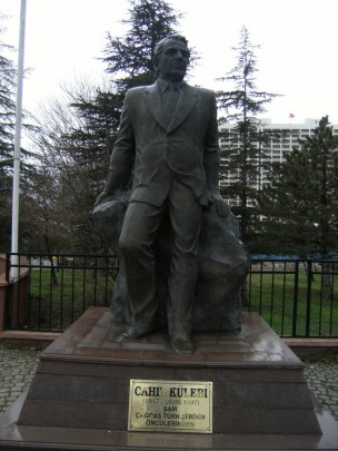 Cahit_Külebi_heykeli