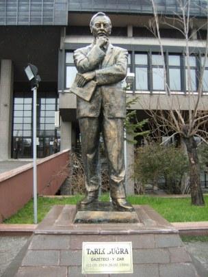 Tarık_Buğra_heykeli_Tankut_Öktem