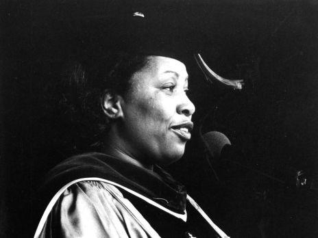 Toni Morrison, Barnard Kolej'de mezuniyet konuşması yapıyor, 1979